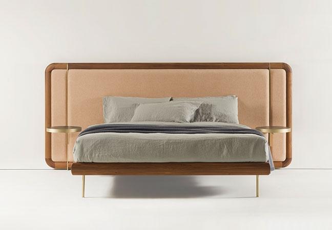 PORADA  Com design de M. Marconato e T. Zappa, a cama Killian traz, como opção, mesinhas de cabeceira. Oferecendo classe e conforto, tem estrutura em madeira e pés em latão escovado