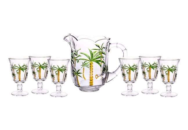 LYOR | Produzido em vidro, o conjunto com jarra e taças traz um toque tropical para a mesa