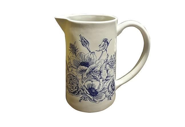 ARTEIRO | A jarra de cerâmica Flor inspira um toque romântico. Delicado, modelo conta com ilustração delicada trazendo a natureza para a mesa