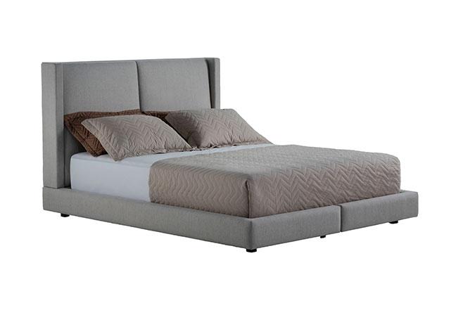 STUDIO FW | Com assinatura de Way Design, a cama Sommer concilia conforto com elegância. Em cor neutra, salienta encosto estofado em tecido e pés baixos