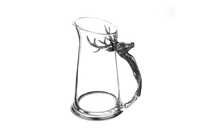AT HOME IN THE COUNTRY | Produzida em vidro, a Jarra Stag tem alça fundida em estanho fino polida à mão, formando uma cabeça de alce que traz ainda mais personalidade ao servir