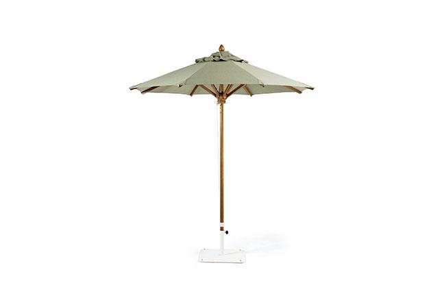 ETHIMO: O ombrelone Leaf é uma das opções da coleção Classic. Sua estrutura conta com um mastro central e uma roldana para abertura e fechamento, disponibilizando, ainda, uma tela acrílica com variadas opções de cores e medida de 2,50 m de diâmetro