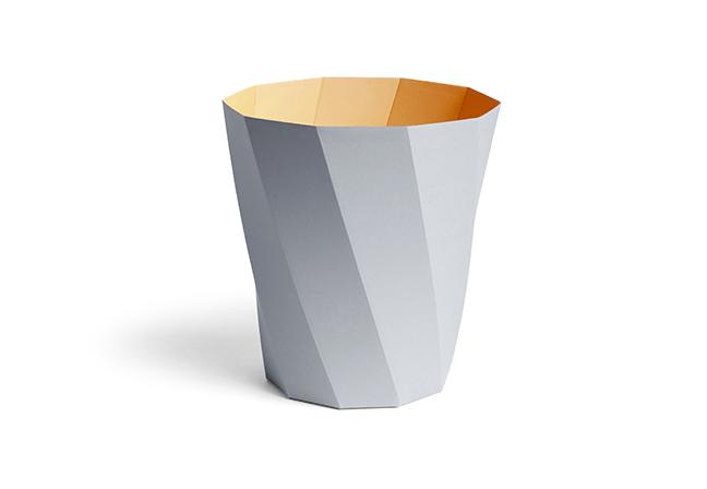 HAY DESIGN: A designer Clara Von Zweigbergk combinou tons contrastantes com uma técnica de dobragem inclinada para criar uma lixeira divertida e colorida