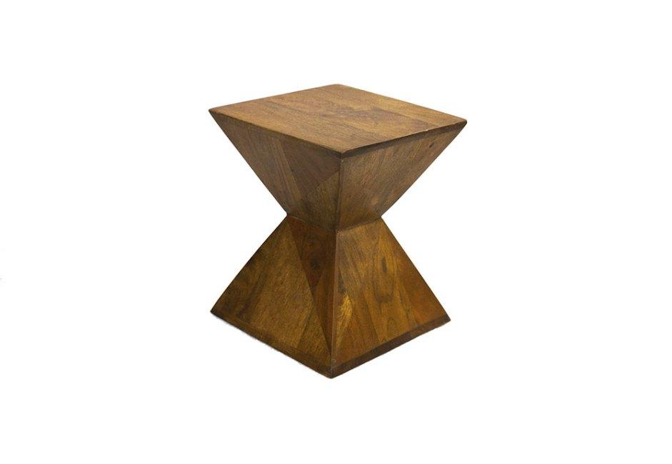 6F DECORAÇÕES: Caracterizado por sua estrutura geométrica, o banco Triedro traz versatilidade ao décor. Podendo auxiliar como apoio, o móvel, em madeira e com pátina marrom, tem 45 cm de altura