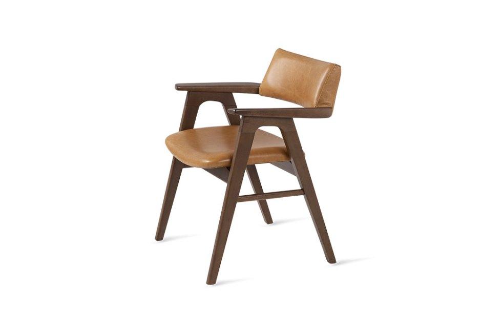 BRETON: Aliando beleza e conforto, a cadeira estofada Gregori é perfeita para compor os ambientes da estação. O modelo, sustentado por estrutura em madeira maciça, tem assento revestido em couro natural Mustang