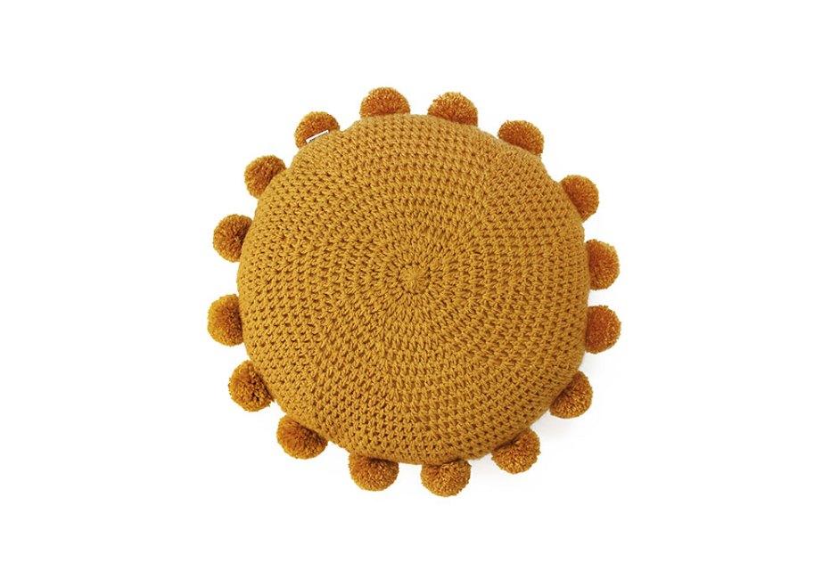 DECOHOUSE: Contornada por pompons, a almofada no tom mostrada garante charme ao ambiente. Com a parte frontal confeccionada manualmente em crochê, tem zíper invisível, verso feito em sarja de algodão e enchimento em fibra siliconada