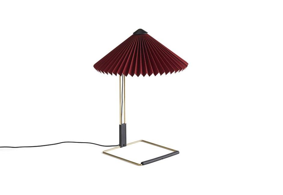 HAY: Combinando a robustez física e delicadeza visual, a luminária de mesa Matin tem estrutura em aço, acabamento em latão polido e ferragens em preto fosco. Com luz de LED e design contemporâneo, mas poético, o modelo de Inga Sempé está disponível em uma variedade de cores