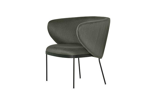 LÍDER INTERIORES: O modelo Trama é assinado por Suite Arquitetos, unindo a estrutura metálica e a textura plissada. Versátil, a peça da coleção Plural tem proporções reduzidas, próximas de uma cadeira