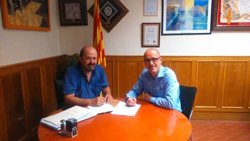 El alcalde accidental firmando el acuerdo