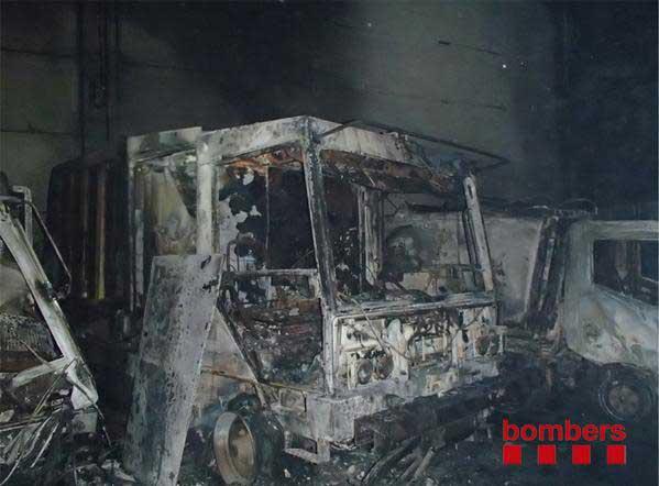 Vehículos calcinados tras un incendio. Archivo.