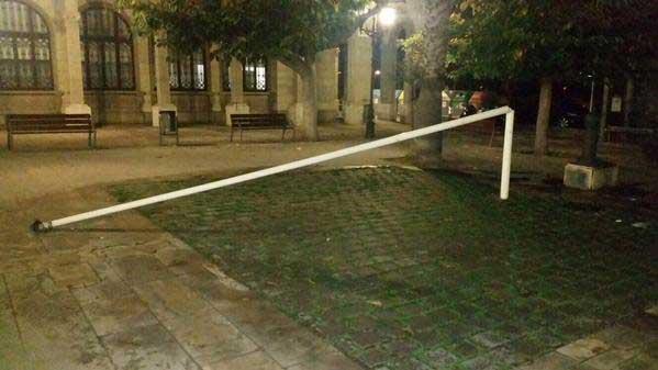 Estado en que quedó el mástil de la plaza del Ayuntamiento de Vilassar de Mar.