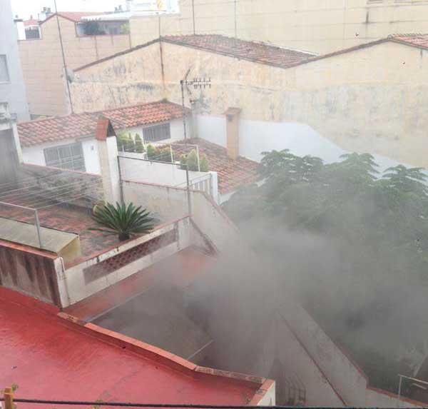 El incendio visto desde unas casas vecinas. Foto: Twitter @ragonro66