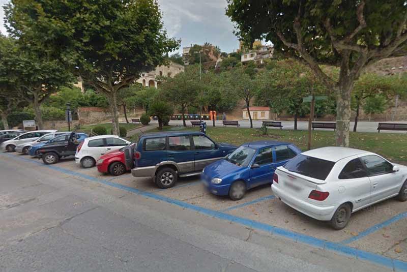 Coches aparcados en una zona azul de Caldes d'Estrac