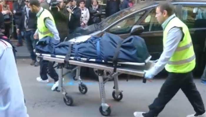 Momento de la retirada de uno de los cadáveres