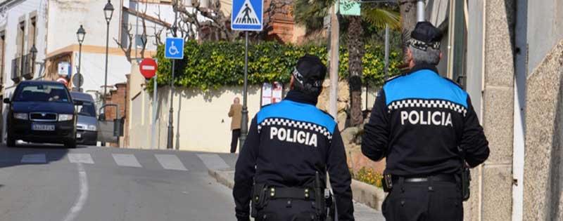 Policias locales patrullando por las calles de Sant Vicenç de Montalt