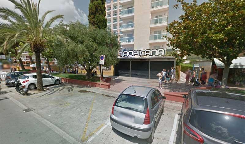 La discoteca Tropicana delante de la cual un joven fue agredido
