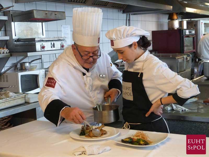 Una alumna en una clase de cocina. Foto: Escuela Hotel Sant Pol