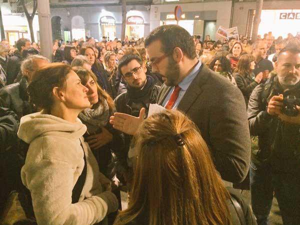 El alcalde de Mataró hablando con la presidenta de la SPAM