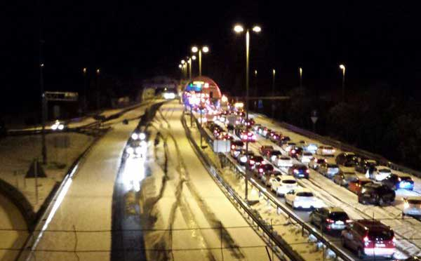 La tormenta obligó a utilizar los quitanieves en la autopista