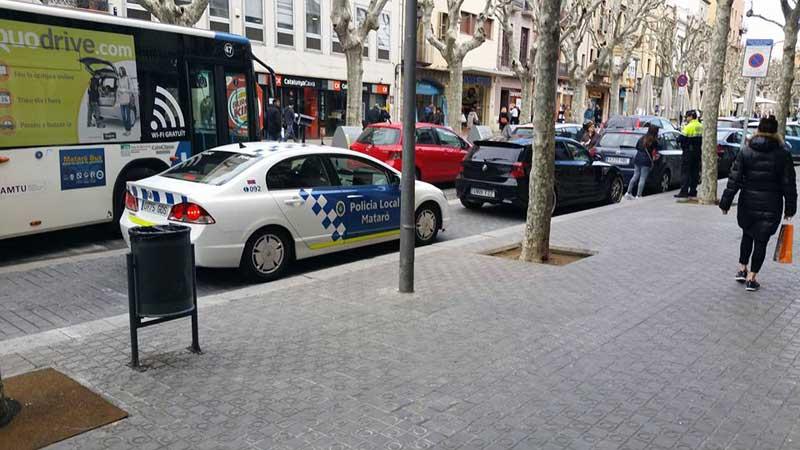 Un policía hoy multando a los vehículos estacionados a la derecha: Foto:Dawey Fernández