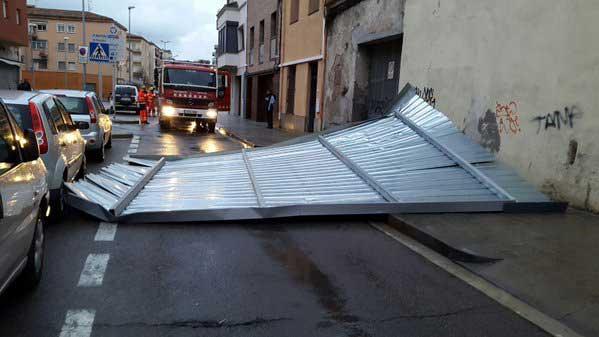 Imagen de la estructura caida en la calle Girona. Foto: Policia Local Malgrat