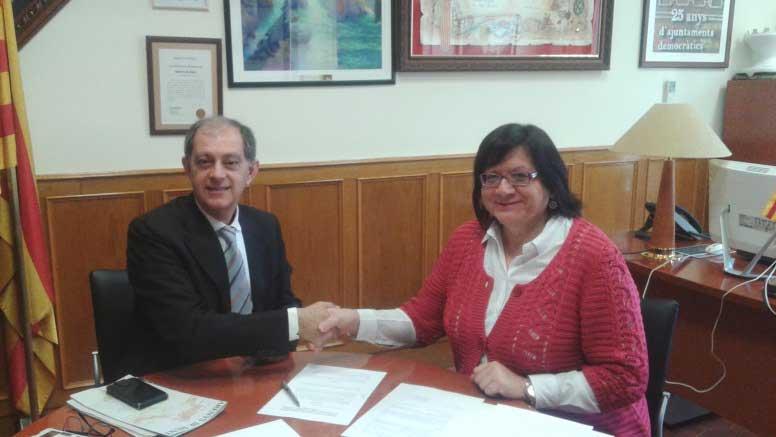 La regidora de Arenys de Munt Àngels Castillo i Campos firmando el acuerdo con el representante de la Fundació Martí l'Humà