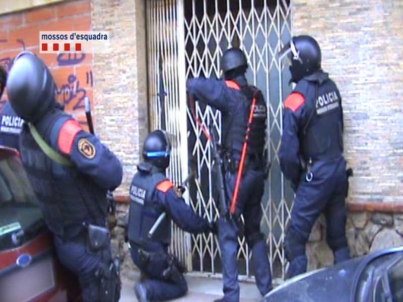 Los Mossos durante la entrada al Hotel de Pineda