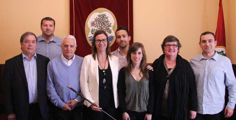 La alcaldesa rodeada de los miembros del nuevo gobierno local. Foto: Ajt. Arenys de Mar
