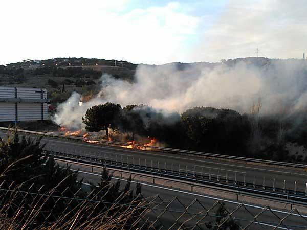 Momento del incendio junto a la C-32