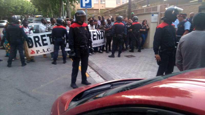 La policía conteniendo a los manifestantes delante del Espai Gatassa