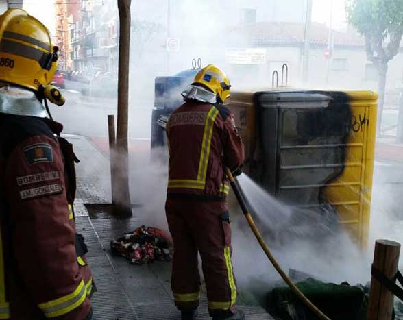 Los bomberos sofocando el fuego. Foto: Bombers