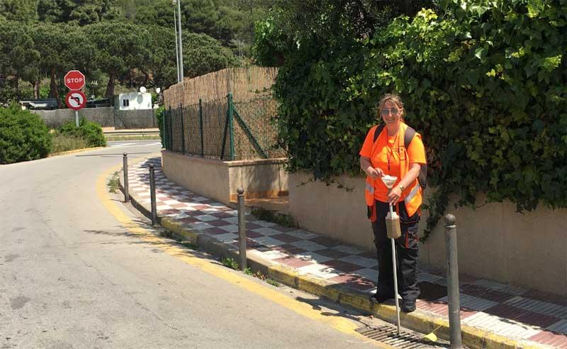 Una operaria del Consell Comarcal del Maresme realizando una actuaicón contra el mosquito tigre. Foto: CCM