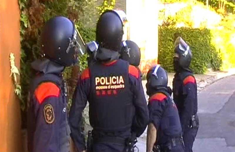 Momento del asalto a una de las viviendas de los detenidos. Foto: Mossos