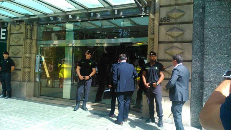 La Guardia Civil investigando en la sede de Efial en Barcelona