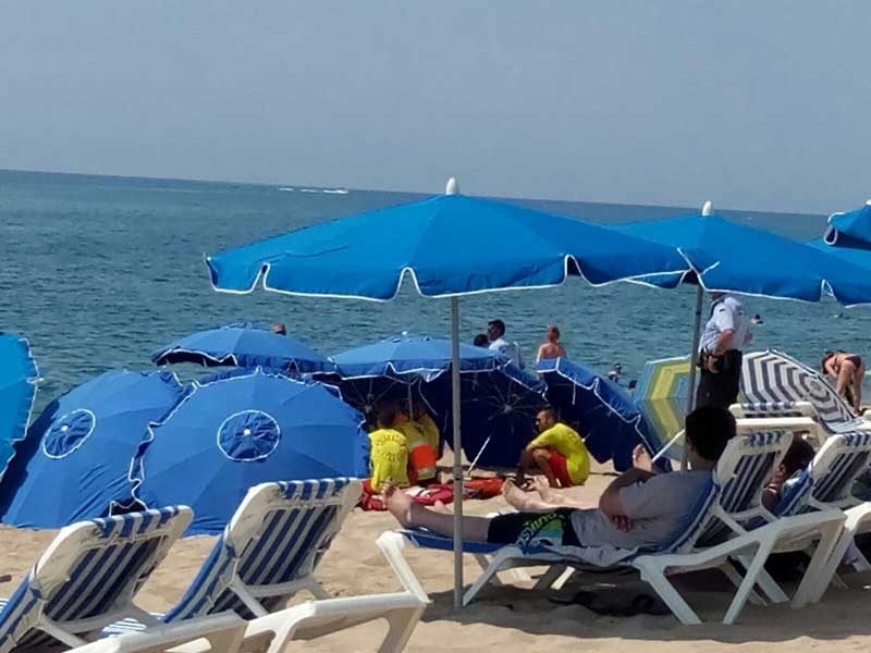 Socorristas y miembros del SEM atendiendo el ahogado de julio