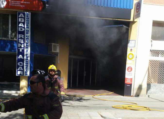 Momento de la actuación para apagar el fuego. Foto: Policia Local de Malgrat