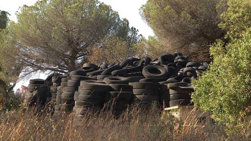 Toneladas de neumáticos se acumulan en una finca privada. Foto: captura TV3