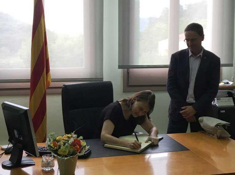 La consellera firmando el libro de Honor del Ayuntamiento de Dosrius