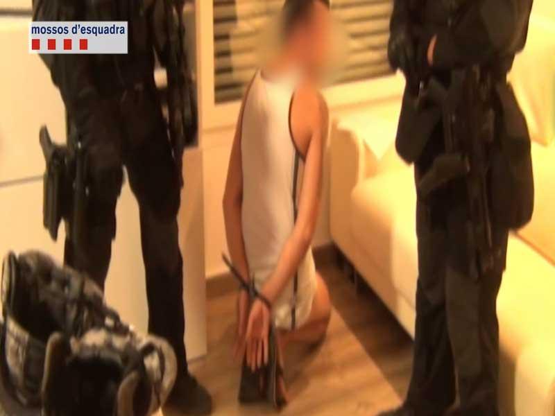 Los Mossos practicando una de las detenciones