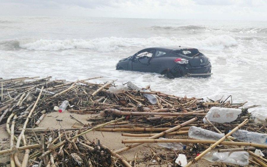 Un vehículo acabó en el mar. Foto:AISEIDHEY