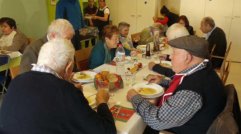 Los ancianos comiendo en el Centre de Suport