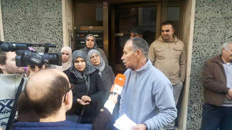 Rahali hablando con los medios tras saberse que no sería desalojado. Foto: PAH Granollers