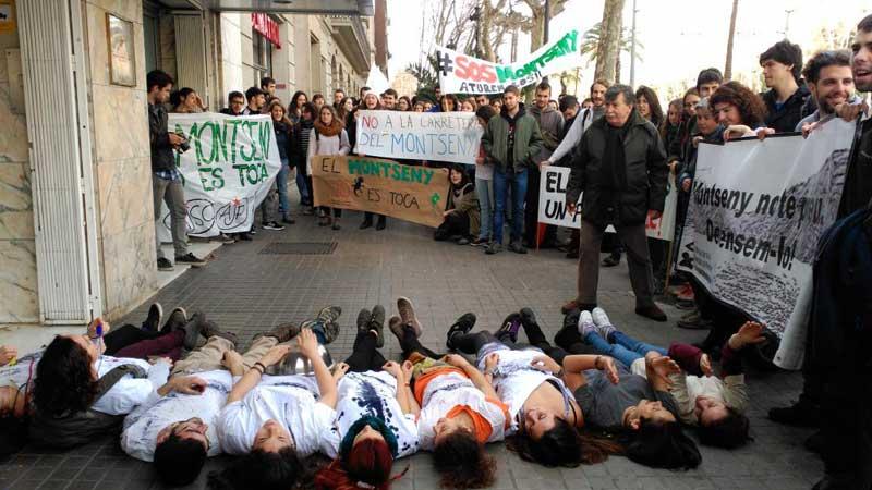 Momento de la protesta ante Medi Ambient