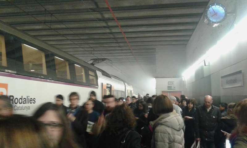 Una intensa humareda ha llenado la estación de Montmeló. Foto: J. Ginesta
