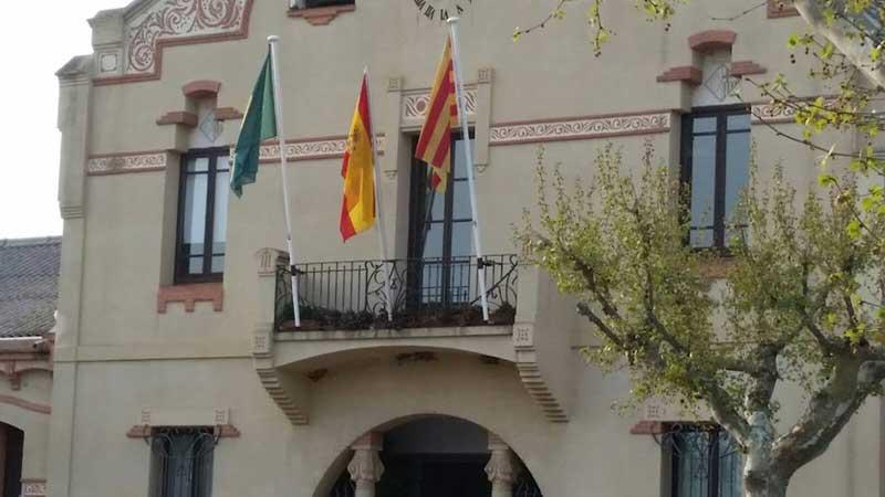Las banderas en el balcón del Ayuntamiento de l'Ametlla