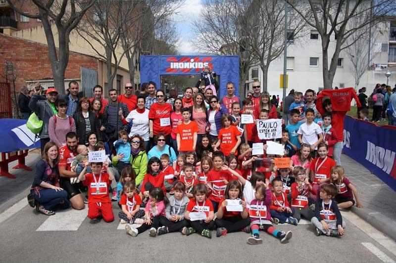 Participantes en el Ironkids mostrando su apoyo con el conserje