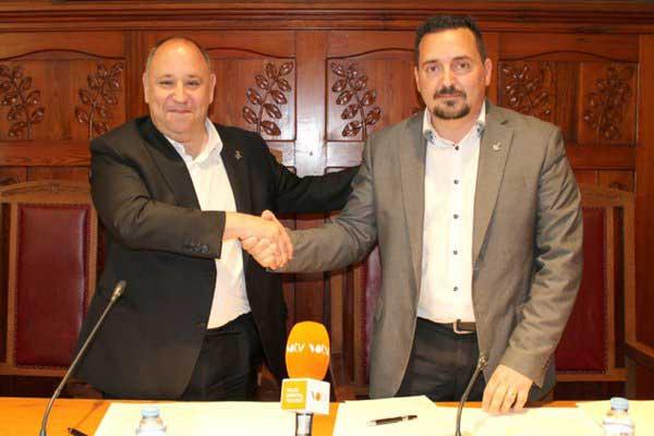 El alcalde de CiU, Francesc Colomé firmando el acuerdo con Juan Antonio Corchado (PSC)