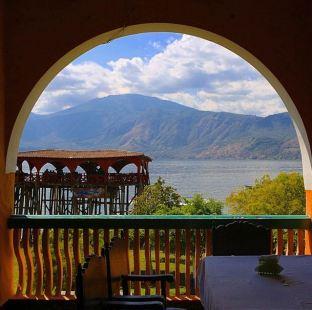 El espectacular lago de Coatepeque visto desde el hotel Torremolinos. Foto @carloscastleman/Instagram