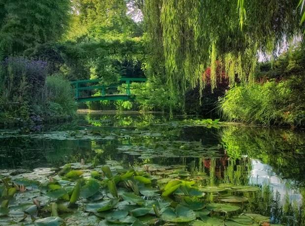 Francia, estanque con puente japonés