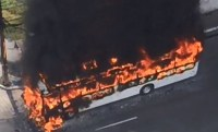 Ônibus pega fogo na Região Metropolitana do Recife